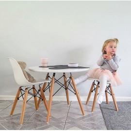 Set mizice in dveh stolov